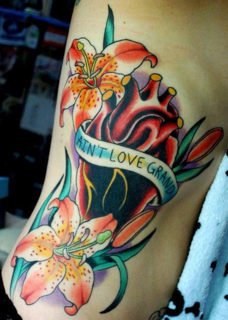 Tatuaggio colorato sul fianco i gigli & il disegno di cuore stilizzato