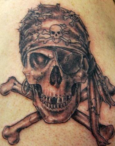 Tatuaggio impressionante il teschio e le ossa