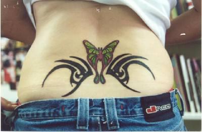 tribale trafori con farfalla tatuaggio sulla parte bassa della schiena