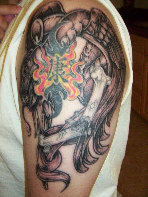 Tatuaggio sul deltoide il serpente & le ossa