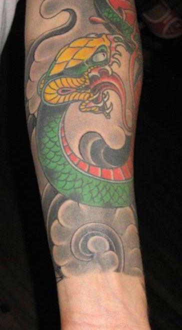 Tatuaggio classico su tutto braccio il serpente verde giallo