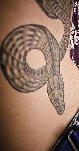 Tatuaggio nero sulla schiena il serpente