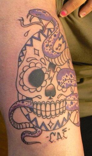 Tatuaggio classico sul braccio il serpente viola & il teschio