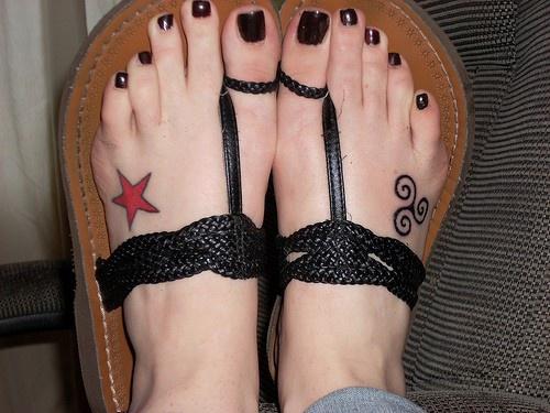 Piccola stella e segno tatuati sui piedi