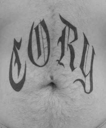 """Tatuaggio sulla pancia la scritta calligrafica &quotCORY"""""""