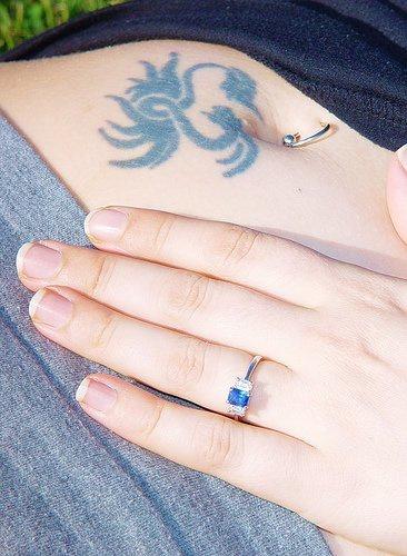 Tatuaggio delicato sulla pancia il disegno