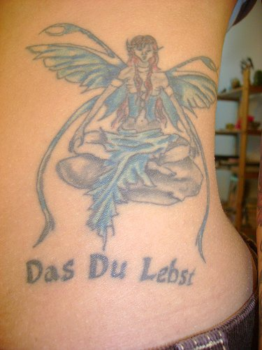 "Tatuaggio sulla pancia la ragazza alata seduta & &quotdas du lebst"""