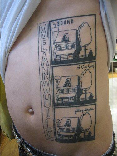 """Tatuaggio grande curioso sulla pancia &quotMEANWHILE"""" & tre variabile immagine della stessa casa"""