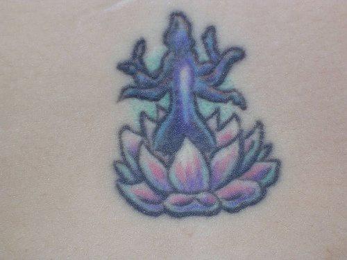Tatuaggio piccolo sulla pancia la figura di Siva sul loto