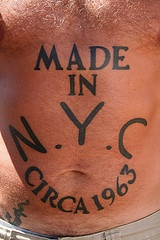 """Tatuaggio non colorato sulla pancia la scritta &quotMADE IN N.Y.C. CIRCA 1963"""""""
