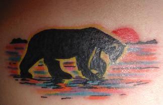 orso con tramonto sullo sfondo tatuaggio