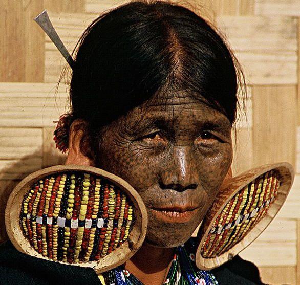 Il viso tatuato come pelle di leopardo