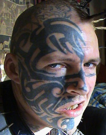 Ornamento nero tatuato su mezzo viso