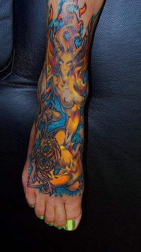 Pieno tatuaggio dal piede alla gamba ragazza nuda a fuoco