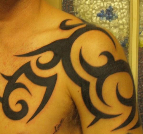 Tatuaggio sul deltoide il disegno in stile tribale