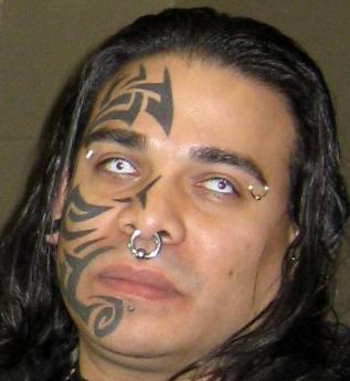 Tatuaggio in stile tribale sul viso