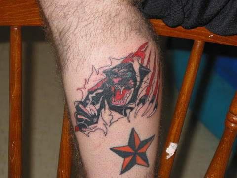 Pantera sotto pelle stracciata tatuaggio