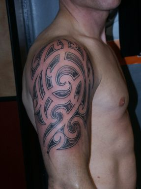 Shoulder tattoo with short big lines