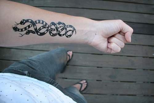 Tatuaggio lungo del braccio tre serpenti neri