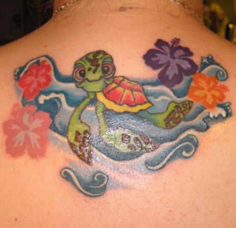 Tatuaggio grande sulla schiena la tartatuga tra le onde e fiori