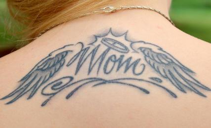 """Tatuaggio sulla schiena la scritta &quotMAM"""" & le ali"""