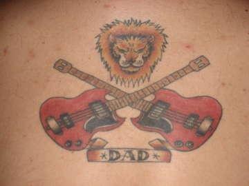 """Tatuaggio colorato sulla schiena due chitarre & il leone & &quotDAD"""""""