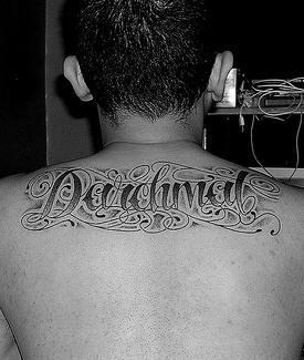 """Tatuaggio sulla schiena la scritta  grande &quotdaichmal """""""