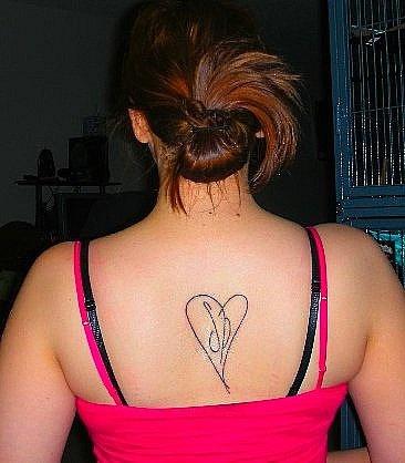 Tatuaggio delicato sulla schiena il cuore