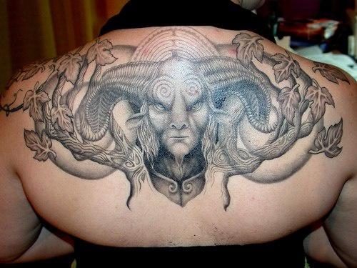 Tatuaggio mostruoso sulla schiena il mostro con i corni