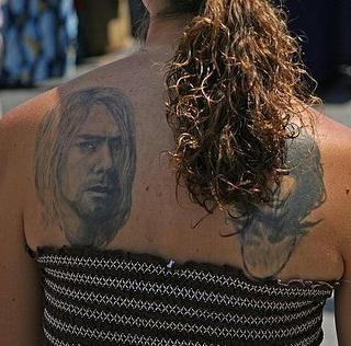 Tatuaggio realistico sulla schiena le facce delle persone
