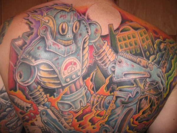 Tatuaggio sulla schiena il robot che distrugge la città