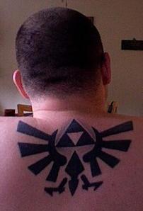 Tatuaggio grande sulla schiena il disegno nero in stile tribale