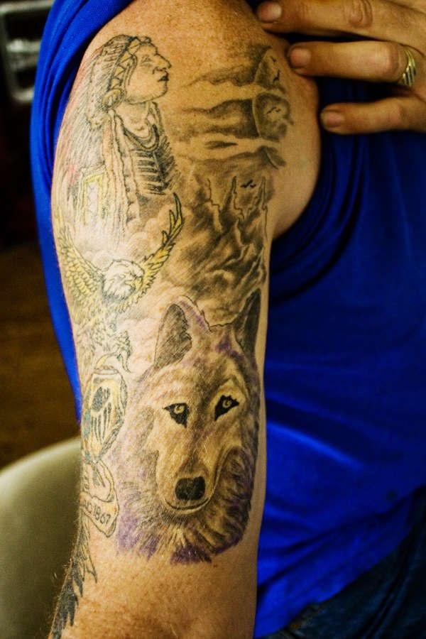 Gros Tatouage Sur Le Bras Avec Un Loup Et Un Homme Indien