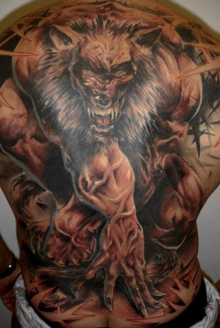 Tatuaggio sulla schiena il lupo mannaro terribile