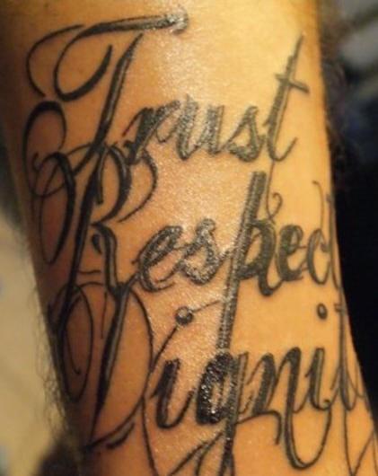 """Tatuaggio la scritta &quottrust respect dignity"""""""