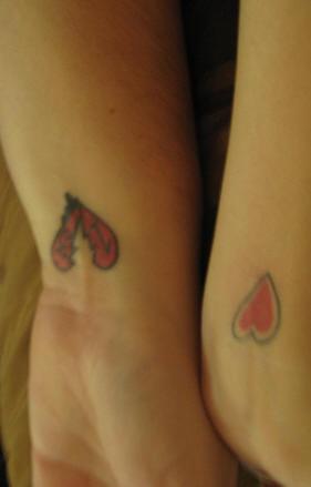 Tatuaggio sui polsi i cuori rossi