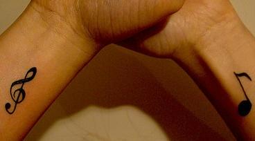 Tatuaggio sui polsi i segni musicali