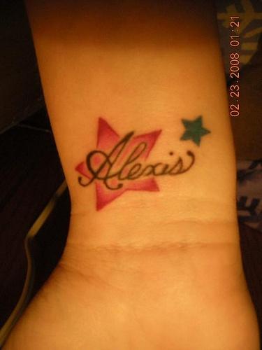 """Tatuaggio sul polso la stella rossa & la stellina verde & &quotAlexis"""""""