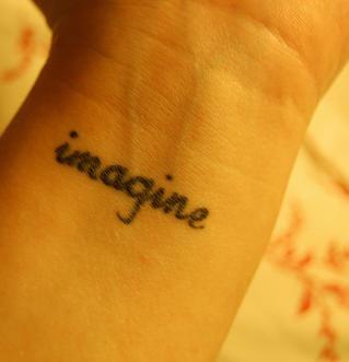 """Tatuaggio sul polso la scritta &quotIMAGINE"""""""
