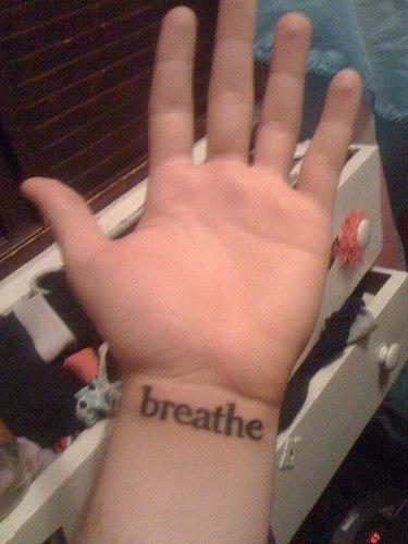 """Tatuaggio sul polso la scritta &quotBREATHE"""""""