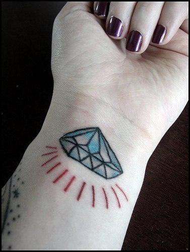 Diamante brillante en colkor tatuaje en la muñeca