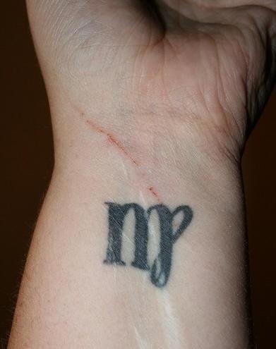 Tatuaggio sul polso il disegno nero