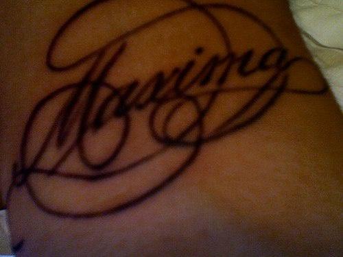 Tatuaggio sul polso la scritta calligrafica