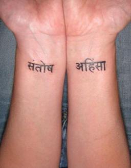 Hinduistische Schriften Tattoo Auf Beiden Handgelenken