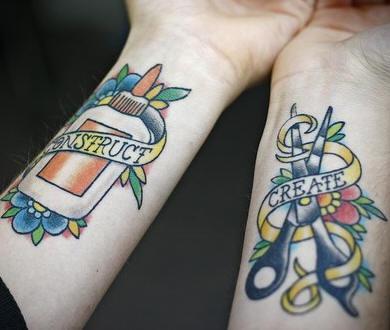 Tatuaggio colorato sulle mani  le forbici & la colla