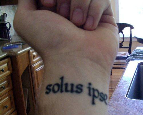 """Tatuaggio sul polso la scritta &quotSolus ipse"""""""