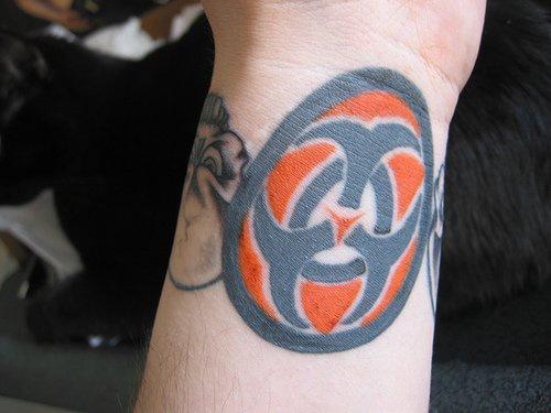 Tatuaggio grande sul polso il simbolo internazionale del biorischio