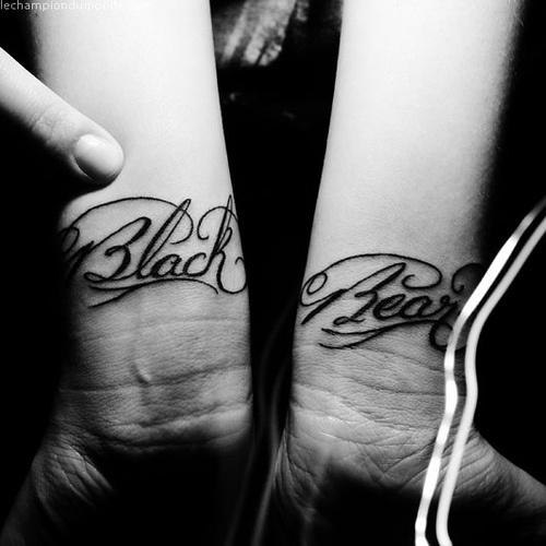 Tatuaggio sui polsi la scritta calligrafica