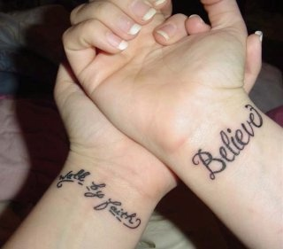 Tatuaggio sui polsi le scritte calligrafiche