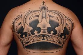grande corona reale tatuaggio sulla schiena per uomo